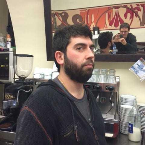 Fotograf que no veu els miralls mentre al Jose se li escapa el riure per sota el nas